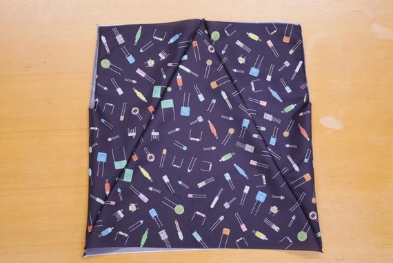 上下を交互に並べ、裏表にして縫い、最後に両端を縫って筒状にします 折り畳み傘をエコバックにリメイク(作り方)