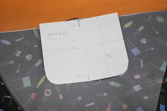 5枚目の布を写真のように中心をあわせて裏向きに置き、型紙を当てて袋の開口部の位置を決め縫い付けます 折り畳み傘をエコバックにリメイク(作り方)