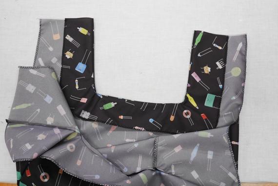 縫い付けた5枚目、6枚目の布を袋の内側に返して、アイロンをかけます。 折り畳み傘をエコバックにリメイク(作り方)