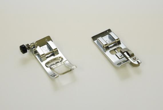 左が通常で使っている「ジグザグ縫い押え」で、右が「たち目かがり押え」です。折り畳み傘をエコバックにリメイク(作り方)
