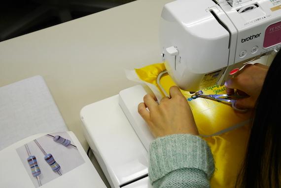 資料写真を元に、電子部品の「抵抗器」を刺しゅうしていま〜す