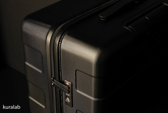 キャリーバーの高さを自由に調節できるストッパー付きハードキャリー87L